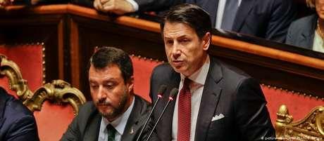 Premiê italiano, Giuseppe Conte, chamou de irresponsável seu vice, Matteo Salvini (esq.)