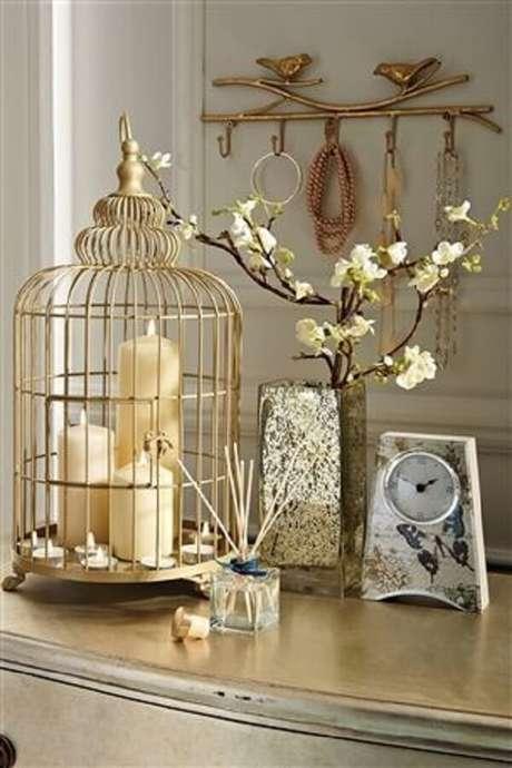 64. Gaiola decorativa com velas apoiada sobre a cômoda. Fonte: Pinterest