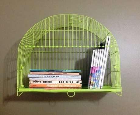6. Gaiola decorativa verde serve de prateleira para livros. Fonte: Revista Artesanato