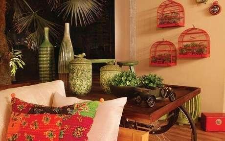 59. Gaiolas decorativas penduras na parede servem de base para vasos de plantas. Fonte: Pinterest