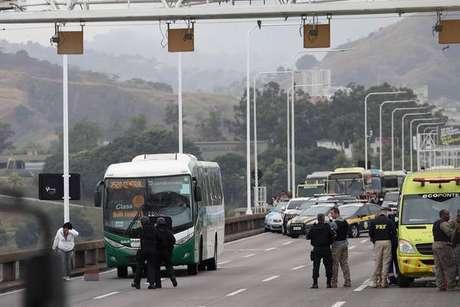 Termina sequestro de ônibus na ponte Rio-Niterói
