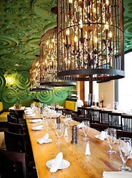 1. Gaiolas decorativas iluminam de forma especial a mesa retangular alongada. Fonte: Pinterest