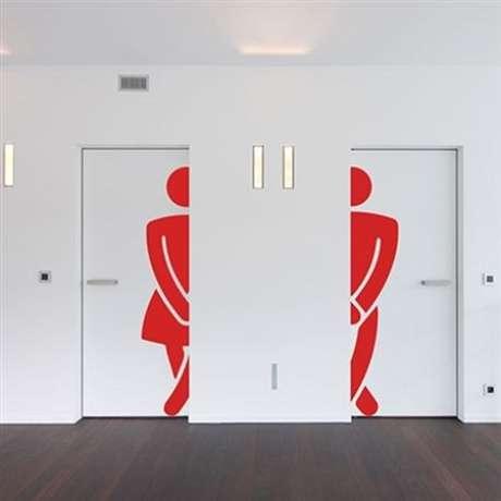 18. O adesivo de porta de banheiro é muito interessante em estabelecimentos comerciais. Foto: Fran Adesivos