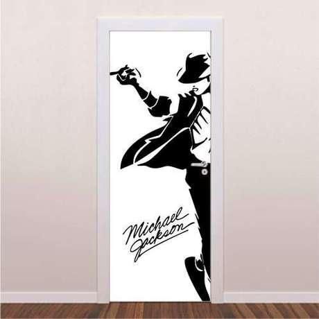 17. O adesivo de porta pode mudar toda a estética da casa. Foto: Brave Impressões