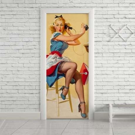 29. O cômodo ganha vida com um bom adesivo de porta. Foto: Stick Decor