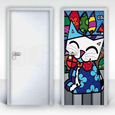 36. A porta pode ficar muito mais colorida com um bom adesivo de porta. Foto: Artesanato e Reciclagem