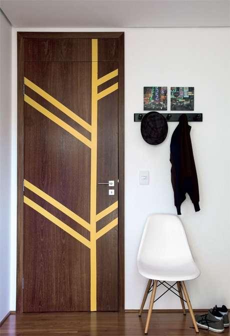 22. O adesivo de porta pode ser apenas listras feitas de fitas. Foto: Casa Abril