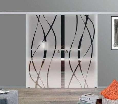 16. Porta de vidro de correr usa muito adesivo de porta. Foto: Adesivos Para Vidros