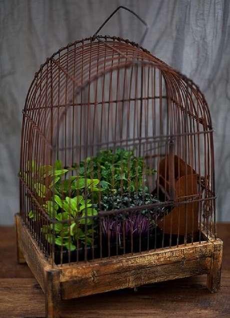 26. Gaiola de passarinho serve de base para vasos de plantas. Fonte: Pinterest
