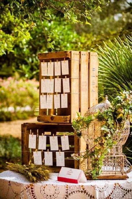 67. Caixotes de madeira e gaiola decorativa para decoração de casamento rústico. Fonte: Pinterest
