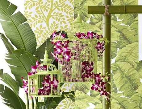 31. As gaiolas decorativas servem de apoio para arranjos florais. Fonte: Pinterest
