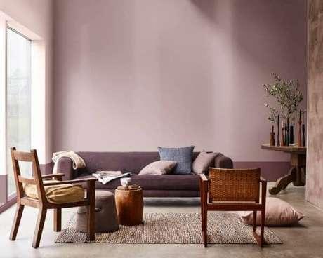 72. Use as cores para sala de estar com roxo para deixar tudo ainda mais bonito – Por: Casa Claudia