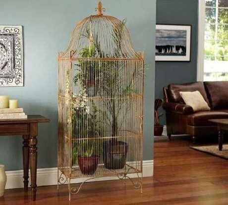 69. Gaiola decorativa serve de prateleira para plantas. Fonte: Casa e Construção