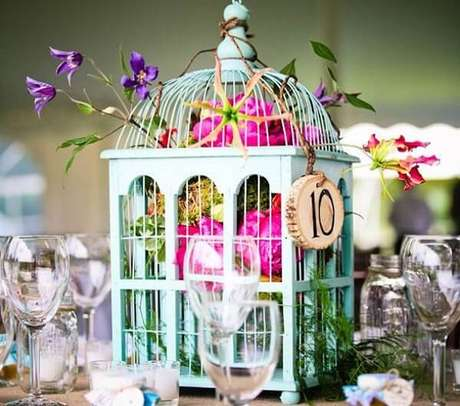 37. Gaiolas decorativas enfeitam o centro da mesa dos convidados. Fonte: Pinterest