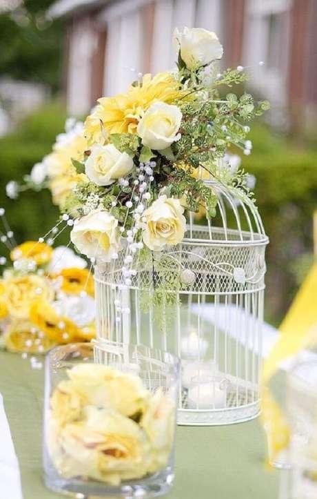 35. Decoração de casamento com gaiolas e flores. Fonte: Pinterest