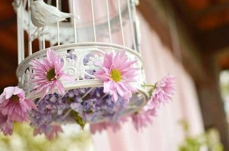 36. Decoração de casamento vintage com gaiolas brancas e flores. Fonte: World Importados