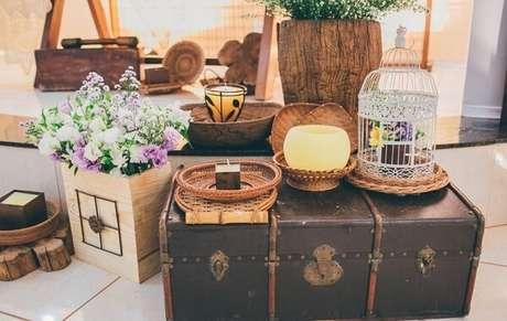 38. Casamento com decoração vintage conta com a presença de baú, velas e gaiolas decorativas. Fonte: Pinterest