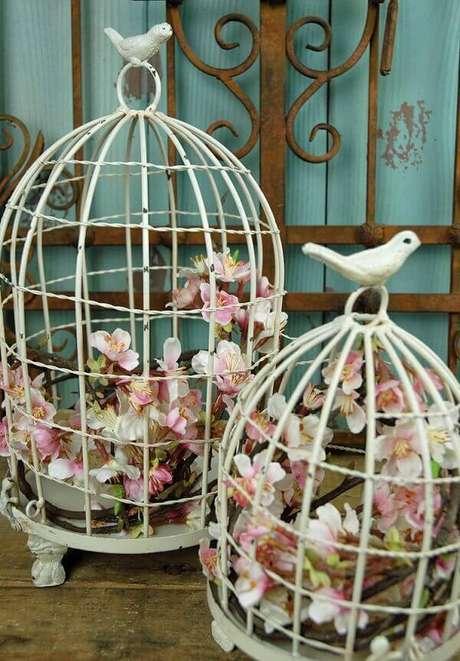 39. Gaiolas decorativas na cor branca servem de apoio para as flores. Fonte: ConstruindoDecor