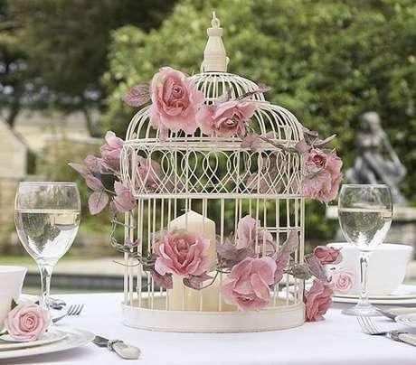 40. Gaiolas decorativas na cor branca utilizada como enfeite de centro de mesa. Fonte: Fabi Cordero Design