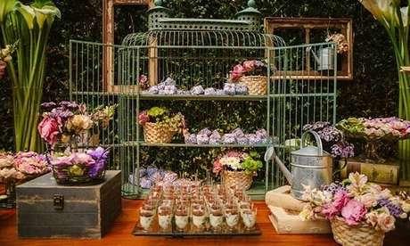12. Gaiolas decorativas servem de apoio para doces e vasos de flores. Fonte: O Globo