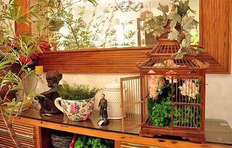 47. Gaiola decorativa feita em madeira serve de apoio para arranjo de flores. Fonte: Pinterest