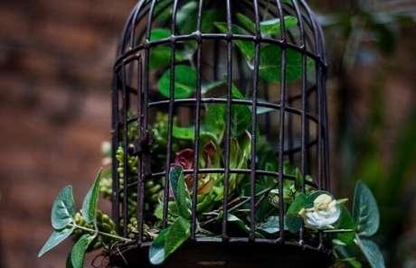 43. Gaiolas decorativas com arranjo de flores. Fonte: Pinterest