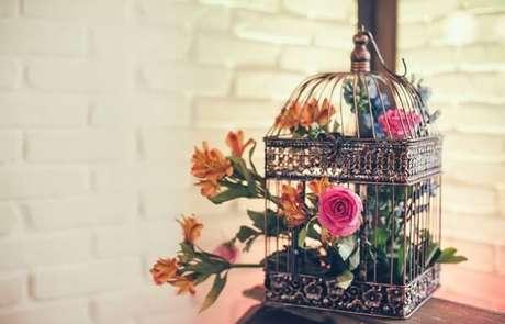 45. Gaiolas decorativas utilizadas como vaso de mesas laterais. Fonte: Pinterest