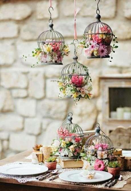 48. Gaiolas decorativas com flores encantam o ambiente. Fonte: Pinterest