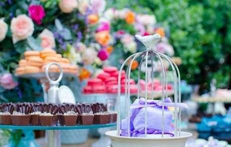 50. Mesa de doces decorada com gaiolas decorativas. Fonte: Verônica Lopez Eventos