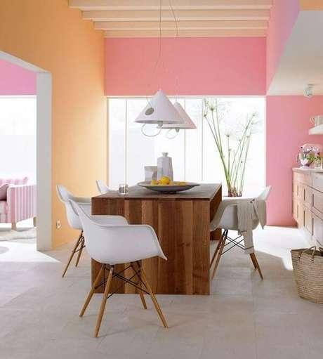 7. Os ambientes podem ficar mais alegres com as pinturas de casas laranjas e rosa – Por: Casa Vogue