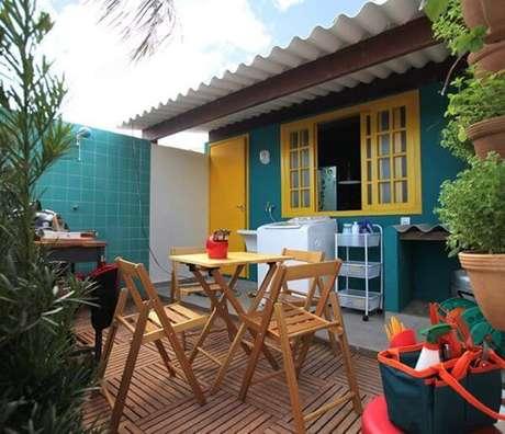 30. Para deixar o ambiente mais alegre, use a porta e a janela com as cores combinando com as pinturas de casas – Por: Pinterest