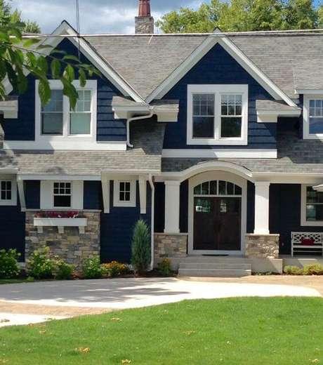 33. Faça pinturas de casas de madeira com a parede azul marinho e detalhes branco – Por: Revista VD