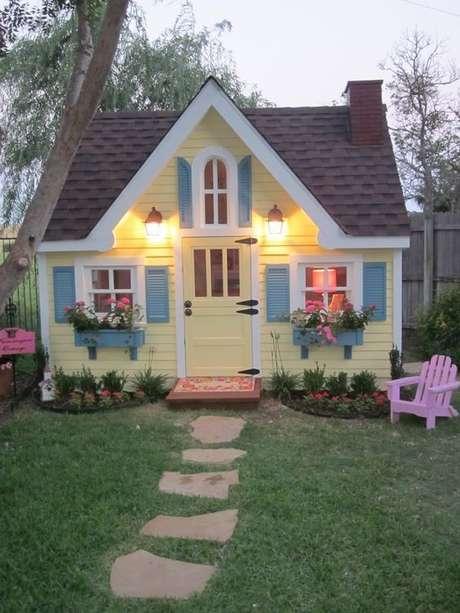 45. Pinturas de casas com janelas e canteiros azul – Por: Revista VD
