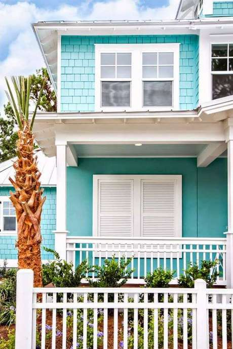58. As pinturas de casas em tons de tiffany são super vibrantes, combine com o branco nas janelas – Por: Pinterest