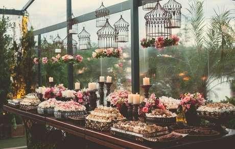 11. Decoração vintage para casamento com gaiolas decorativas suspensas. Fonte: Lejour