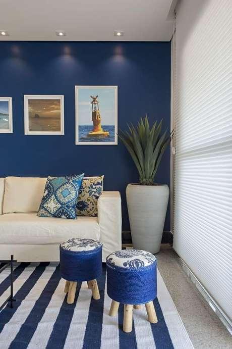 71. A sala de estar azul pode ser ainda mais bonita com o sofá bege – Por: Marcia Debski Ferreira