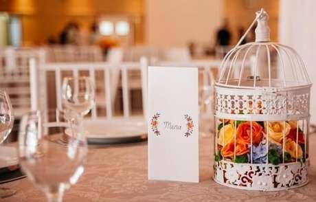 13. Gaiolas decorativas enfeitam o centro de mesa da festa de casamento. Fonte: Pinterest