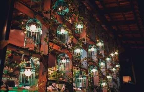 53. Parede formada em madeira e gaiolas decorativas separam os ambientes da festa. Fonte: Pinterest
