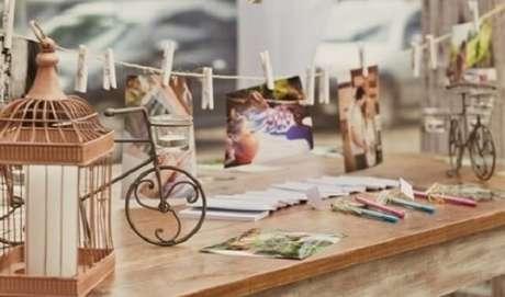14. Gaiolas decorativas enfeitam a mesa de recados da festa de casamento. Fonte: Pinterest