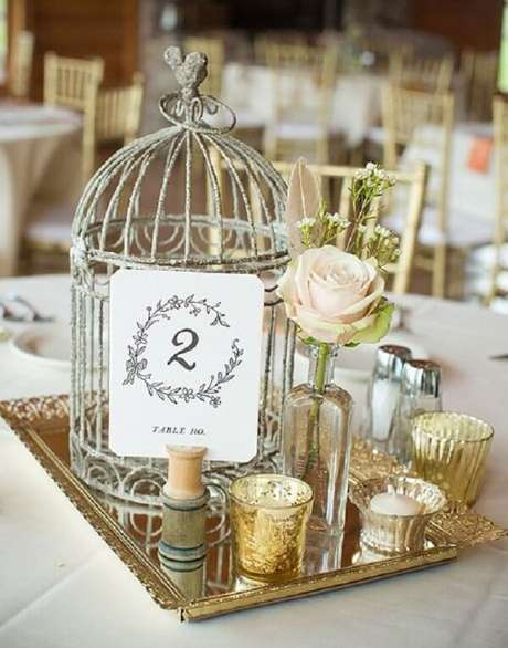 55. Gaiolas decorativas enfeitam a mesa dos convidados. Fonte: Pinterest