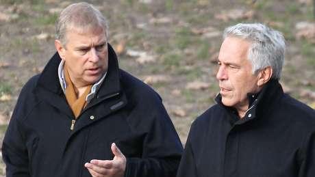 Andrew e Jeffrey Epstein em foto de arquivo; príncipe manteve contato com financista mesmo depois de este ter sido condenado por crimes sexuais