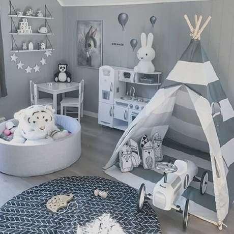 15. Cabaninha infantil com design listrado em branco e cinza. Fonte: Pinterest
