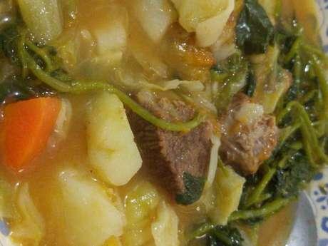 Sopa de legumes com carne e macarrão.
