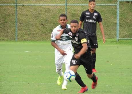 Caio Alexandre, capitão, disputa bola com a equipe do Coritiba (Foto: Fábio de Paula/Botafogo)