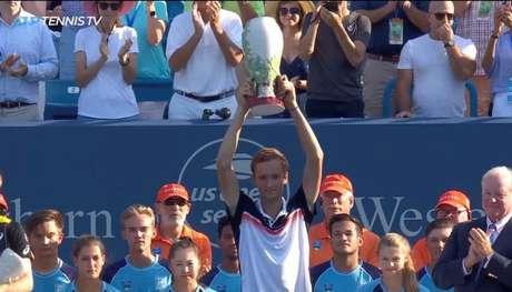 Russo Daniil Medvedev levantou seu primeiro troféu de Masters 1000 em Cincinnati (Reprodução/Tennis TV)