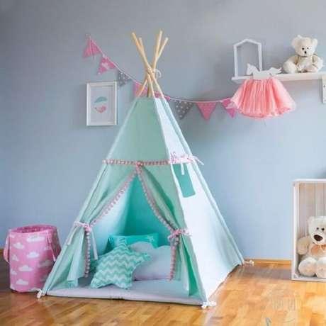 19. Cabaninha infantil para quarto de menina com almofadas estampadas. Fonte: Pinterest