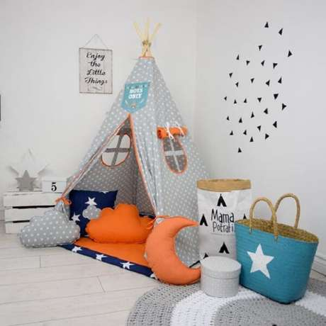 21. A cabaninha infantil em tons de cinza, laranja e azul se destacam em meio a decoração do quarto. Fonte: Etsy