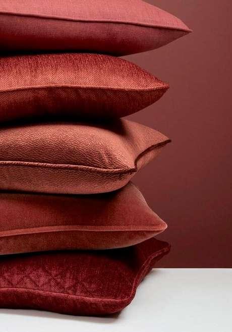 21. As almofadas na cor marsala são lindas para sua decoração – Por; Pinterest