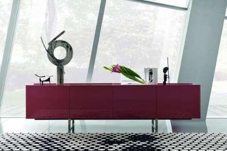 4. Use a cor marsala nos detalhes da sua decoração, como o aparador – Por: Indaiatuba