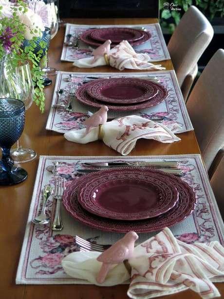 22. Os aparelhos da mesa de jantar também podem ser de cor marsala – Por: Chez Marina